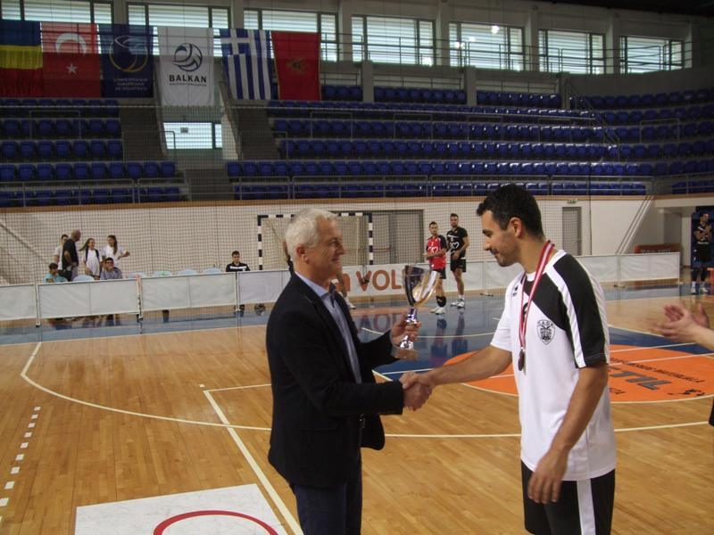 Dragan Nikezić uručuje pehar kapitenu PAOK-a Kornetasu