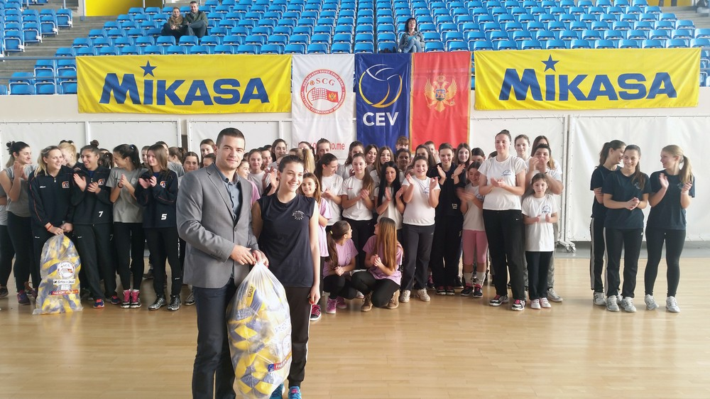 Generalni sekretar OSCG Ivan Bošković uručio lopte kapitenu Mladosti Danijeli Mičić