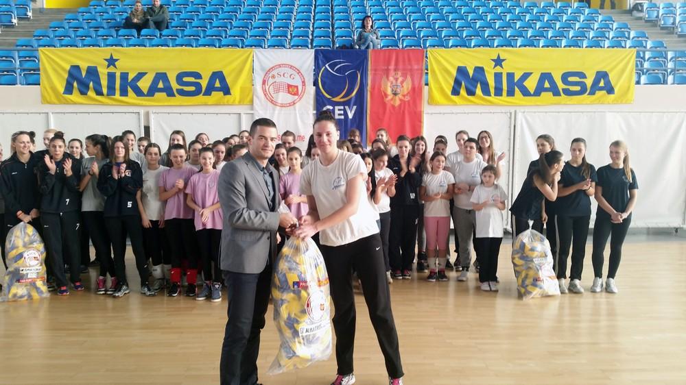 Generalni sekretar OSCG Ivan Bošković uručio lopte kapitenu Albatrosa Milici Tufegdžić
