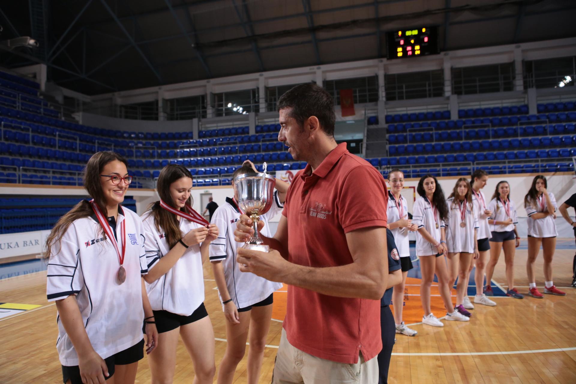 Nikola Vujačić uručuje pehar reprezentaciji Grčke