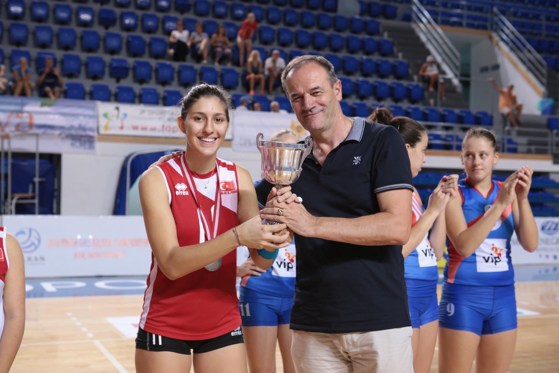 Nenad Vujanović uručuje pehar kapitenu Turske reprezentacije